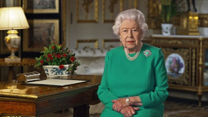 rainha elizabeth ii discursando durante a pandemia do coronavirus na mesa no palacio de buckingham ou castelo de windsor