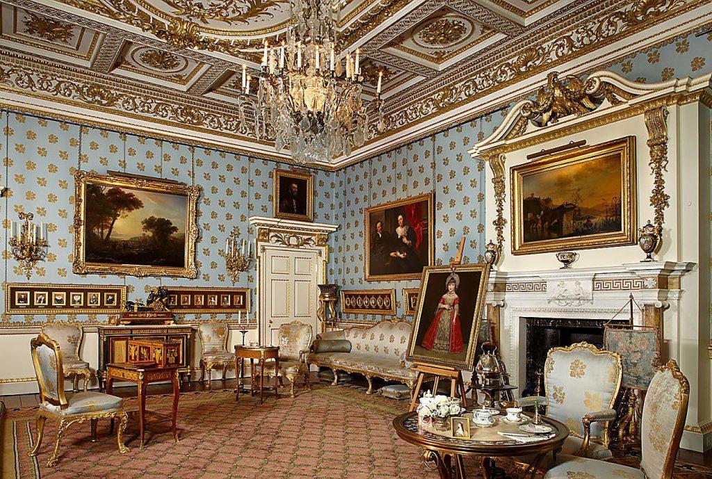 sala da Woburn Abbey com paredes ricas em detalhes e quadros na parede, local onde o chá da tarde começou a ser servido