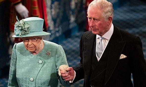 Principe Charles vai ser rei e é popular ao lado da rainha Elizabeth de verde
