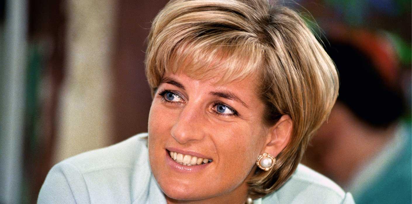 Princesa Diana sorrindo e olhando pro lado