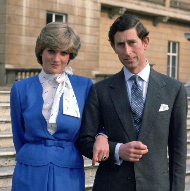 Principe Charles e Diana no dia do anuncio do casamento deles no palacio de Buckigham, diana usando uma roupa azul e charles de terno